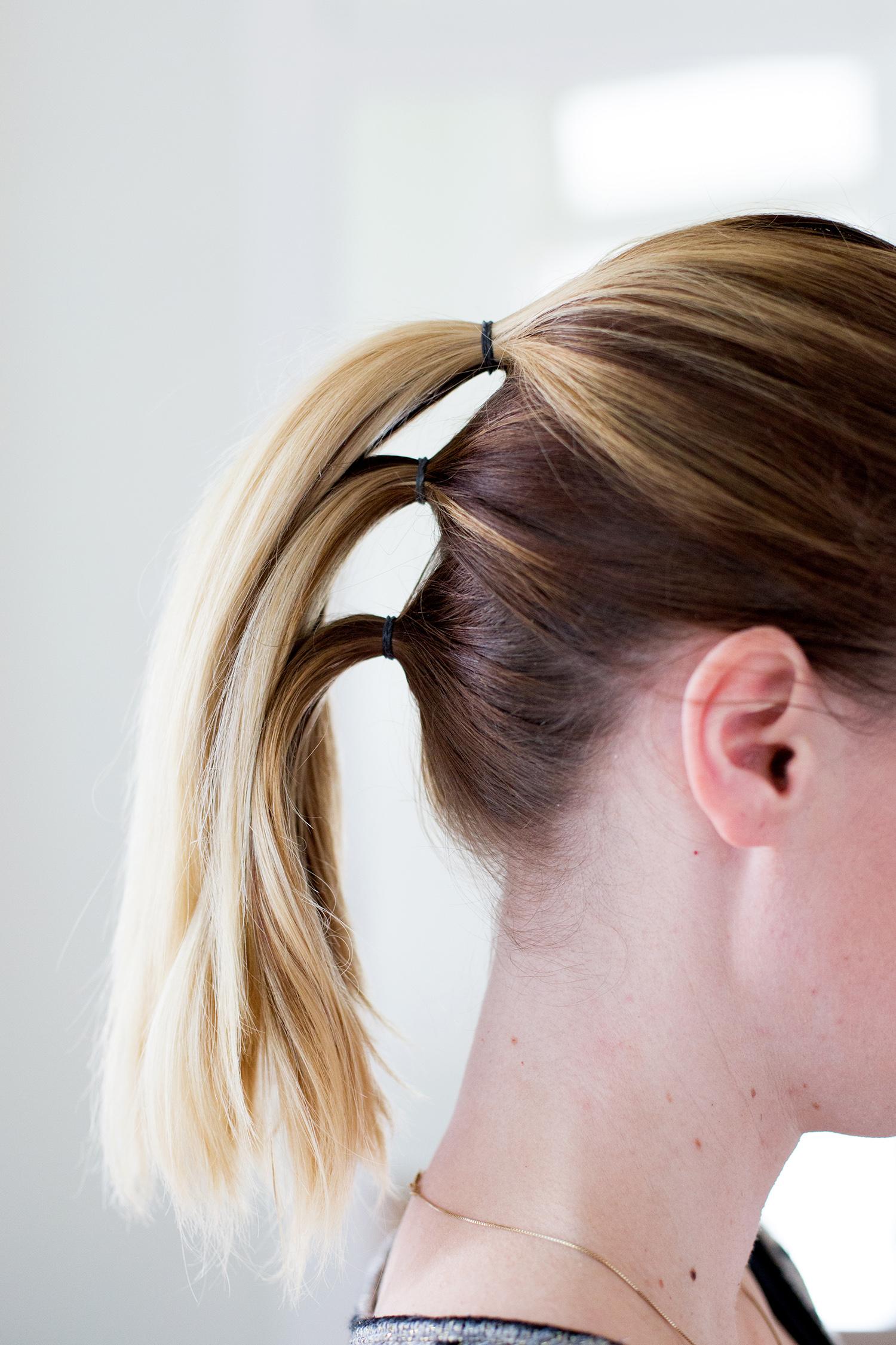 Красивая и простая прическа со средними волосами, собранными в косу фото прически