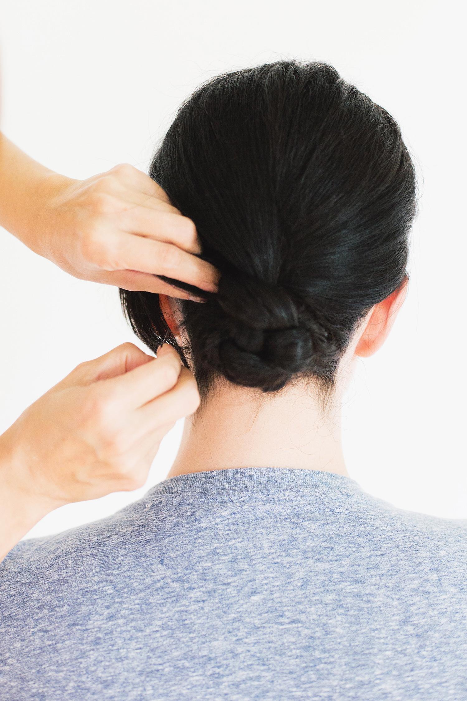 Причёска на средние волосы с очень простым пучком - фото мастер класс