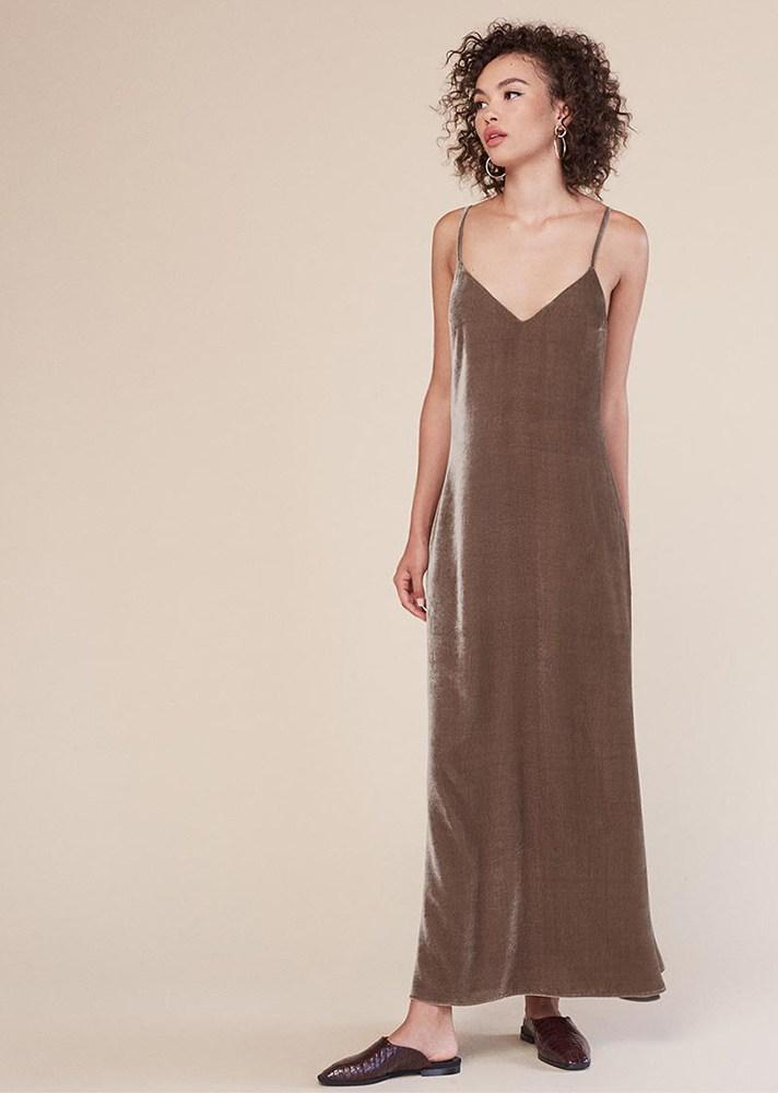 Длинное платье оттенка «гончарная глина» на понких бретельках.