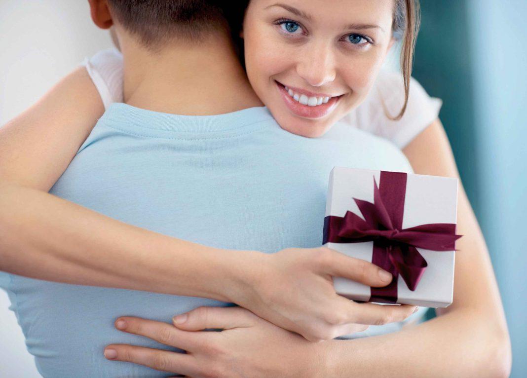 Если девушка отдает подарок