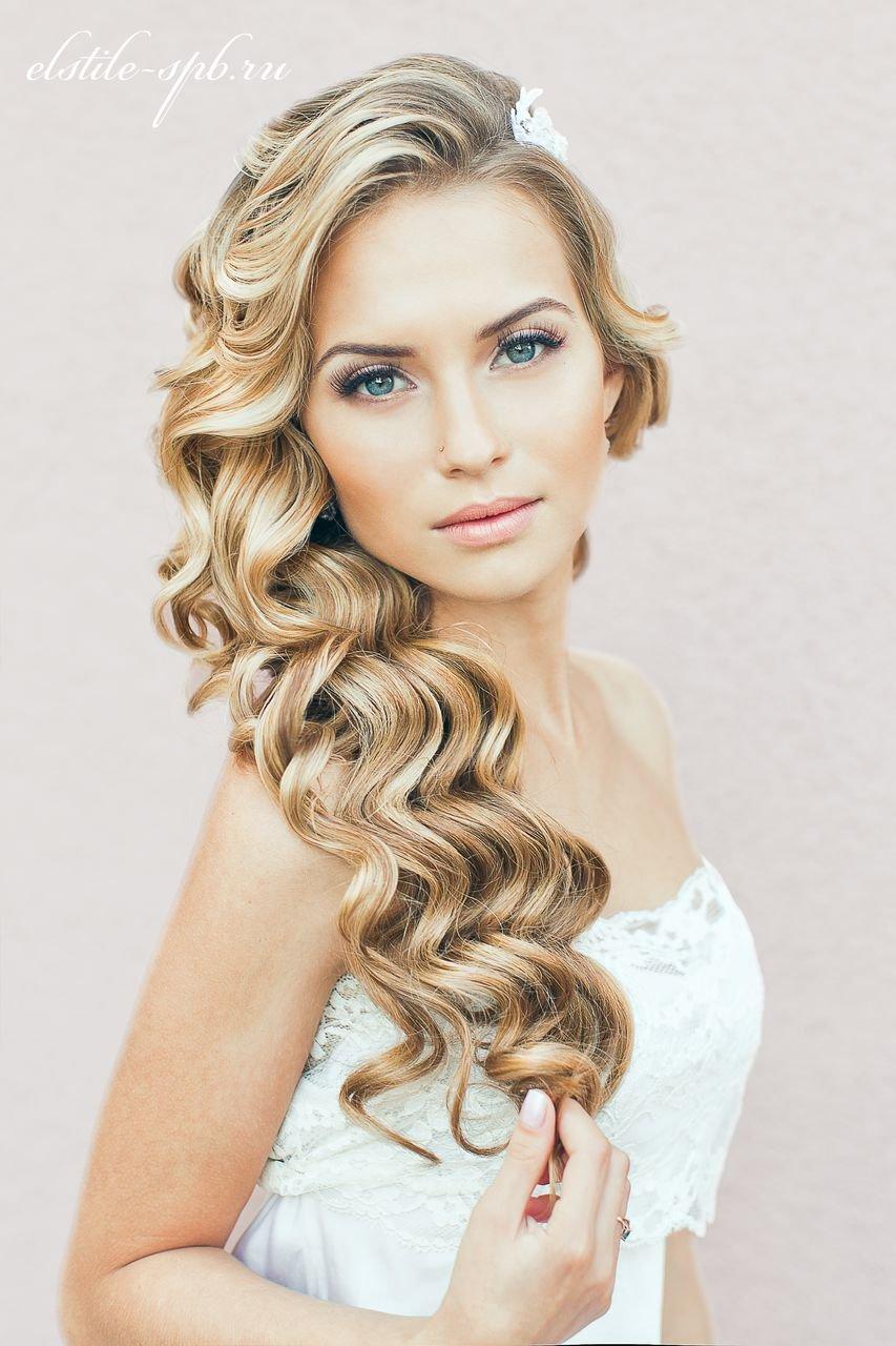 Романтичная прическа на длинные волосы – кудри