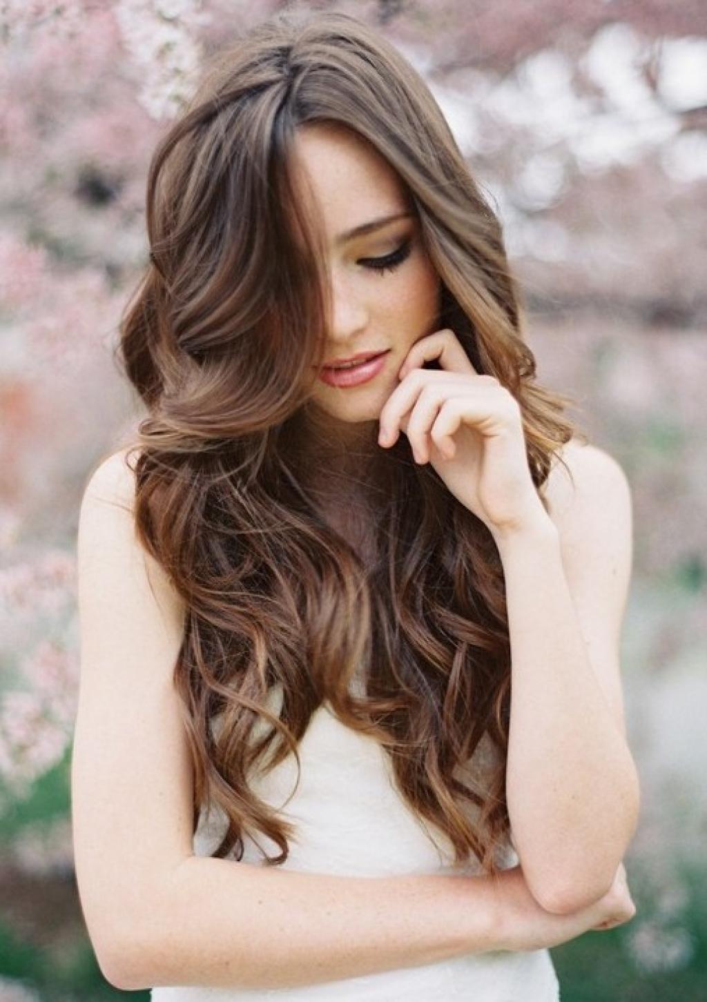 Простая прическа с длинными волосами с кудрями