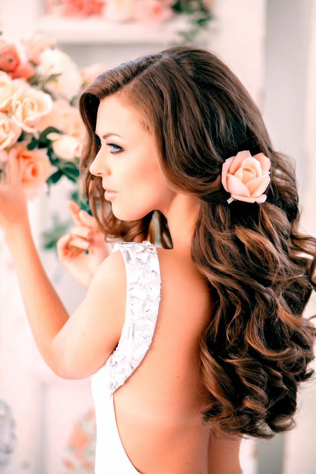 Простая прическа с длинными волосами с кудрями и цветами