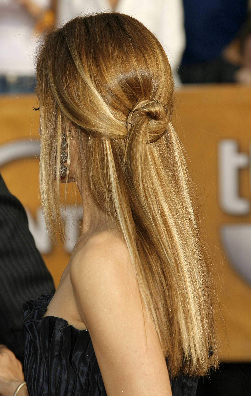 Простая прическа с длинными волосами с маленьким пучком
