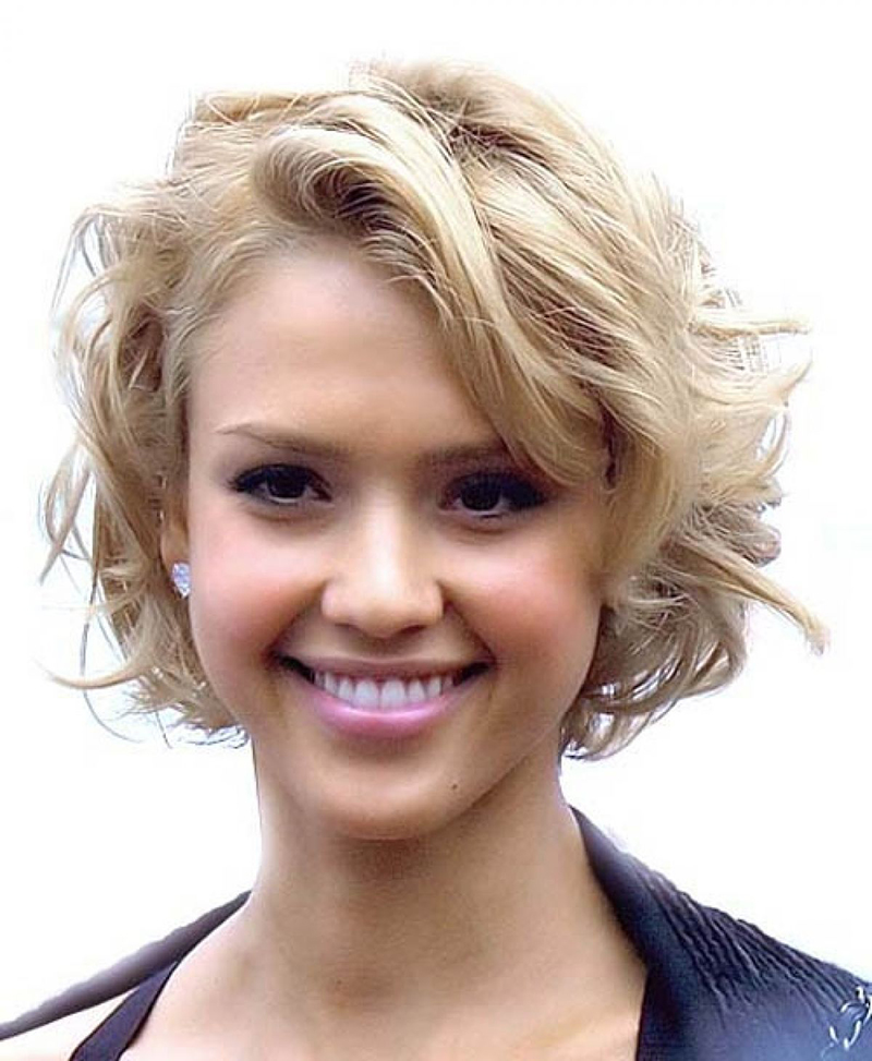 прическа с короткими волнистыми волосами