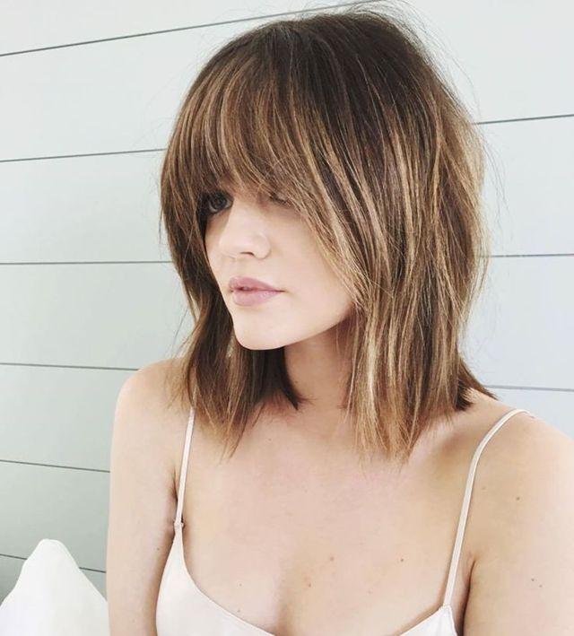фото стрижки 2020 на средних волосах с удлиненной чёлкой