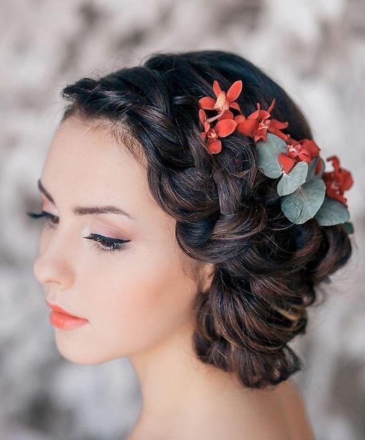 прическа с косами и цветами