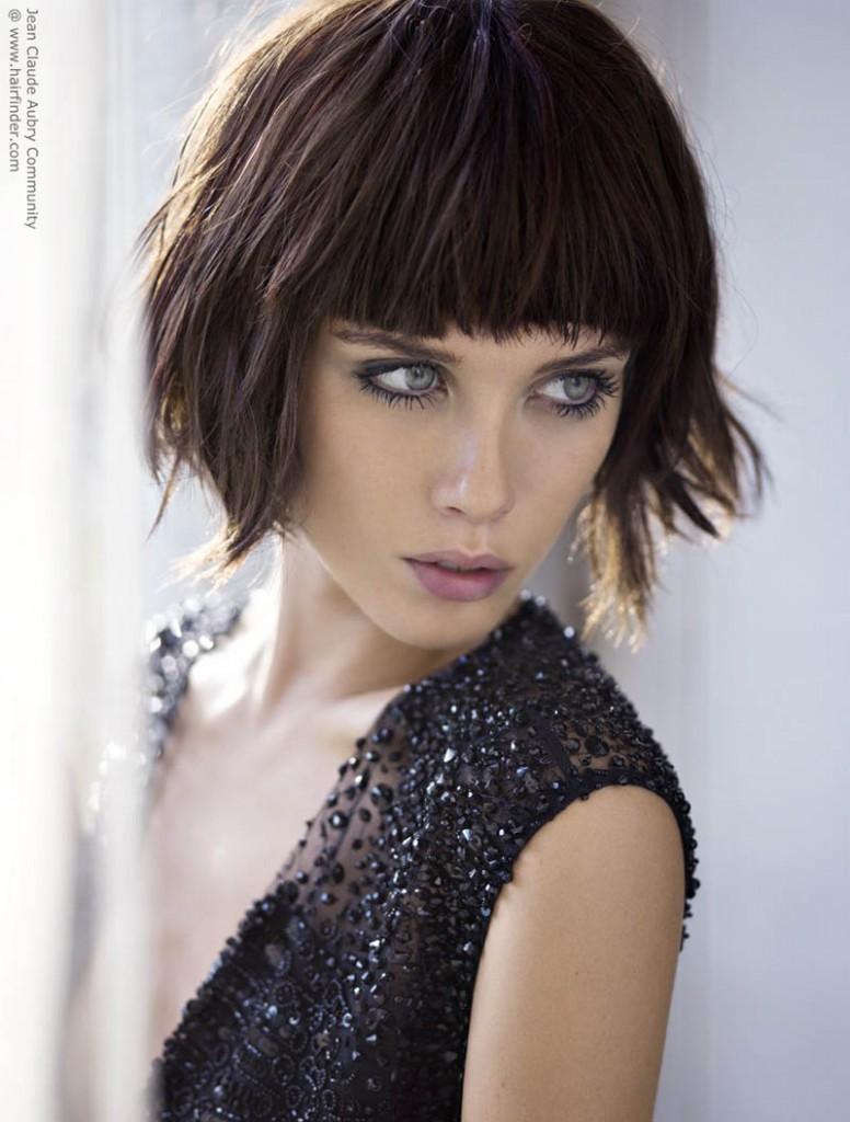 Давайте рассмотрим модные стрижки с челкой для женщин года.