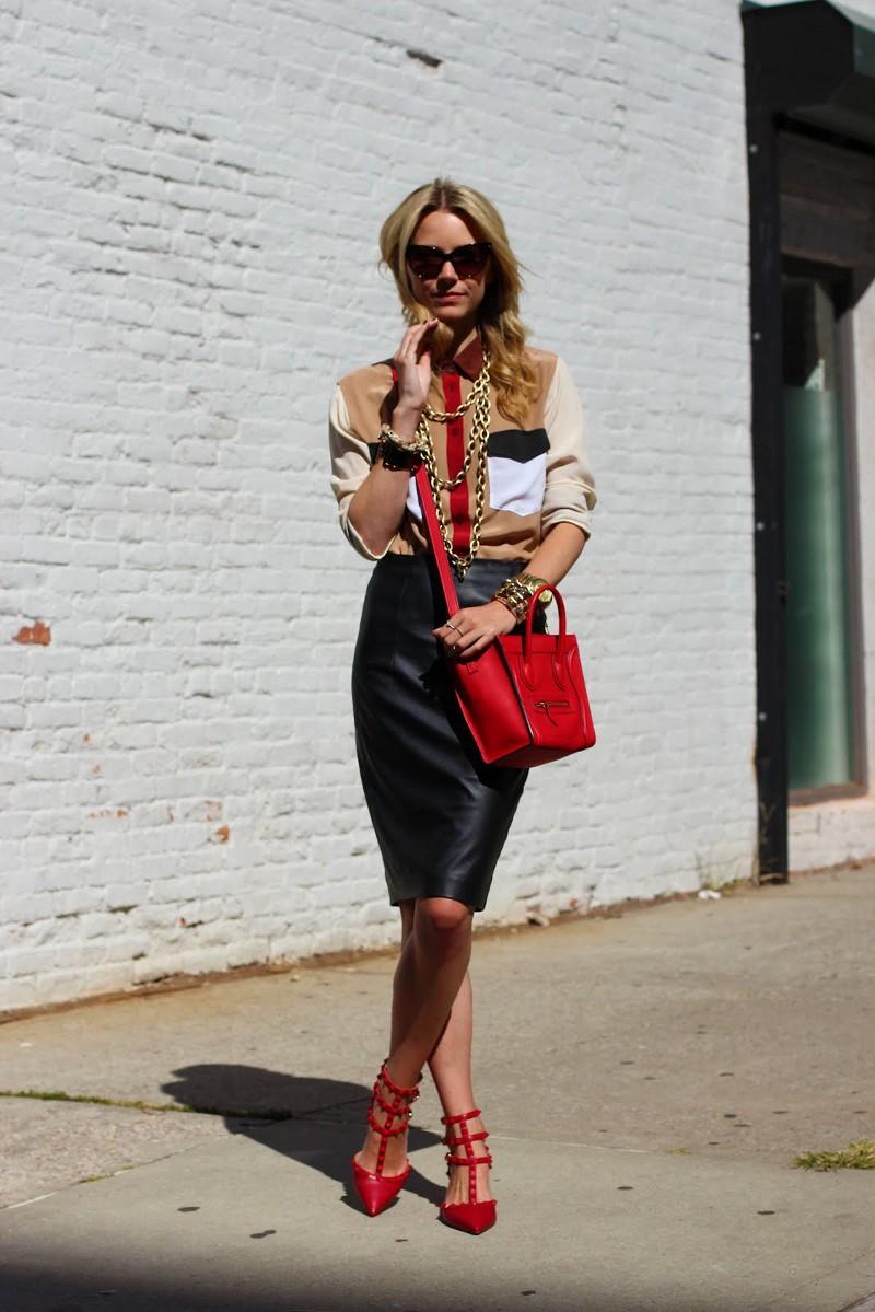 Красные туфли с кожаной юбкой