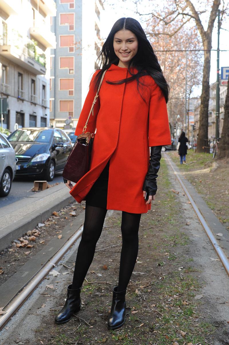 Красное модное пальто с рукавом ¾ - фото новинка этой весны