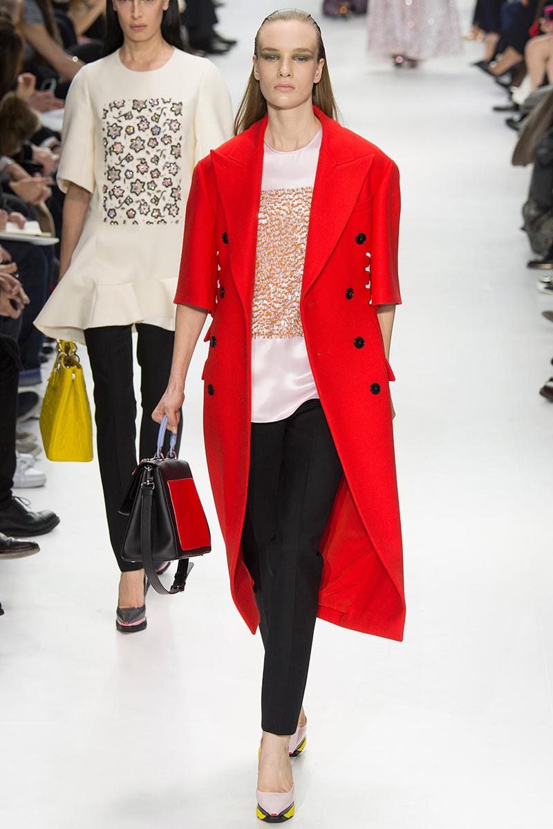 Длинное красное пальто с коротким рукавом – прекрасная модель для весны