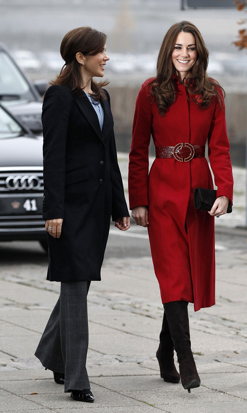 Длинное пальто прямого силуэта – модное пальто красного цвета