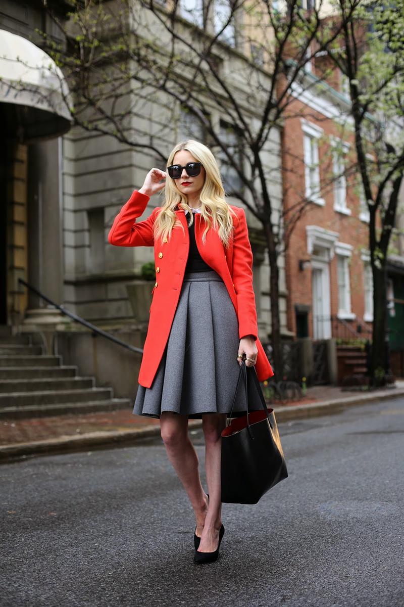 Классическая модная модель красного пальто - фото новинка этого года
