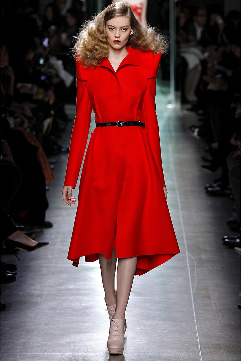 Расклешенная модель красного пальто – фото новинки и тренды сезона