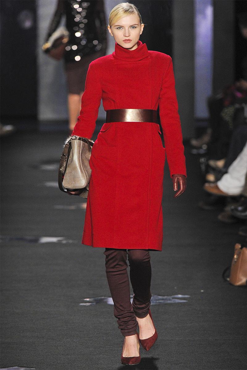 Модель пальто красного цвета с поясом – фото новинки и тренды сезона