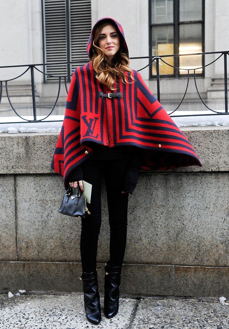 Стильное пальто-пончо с капюшоном – фото новинки и тренды сезона