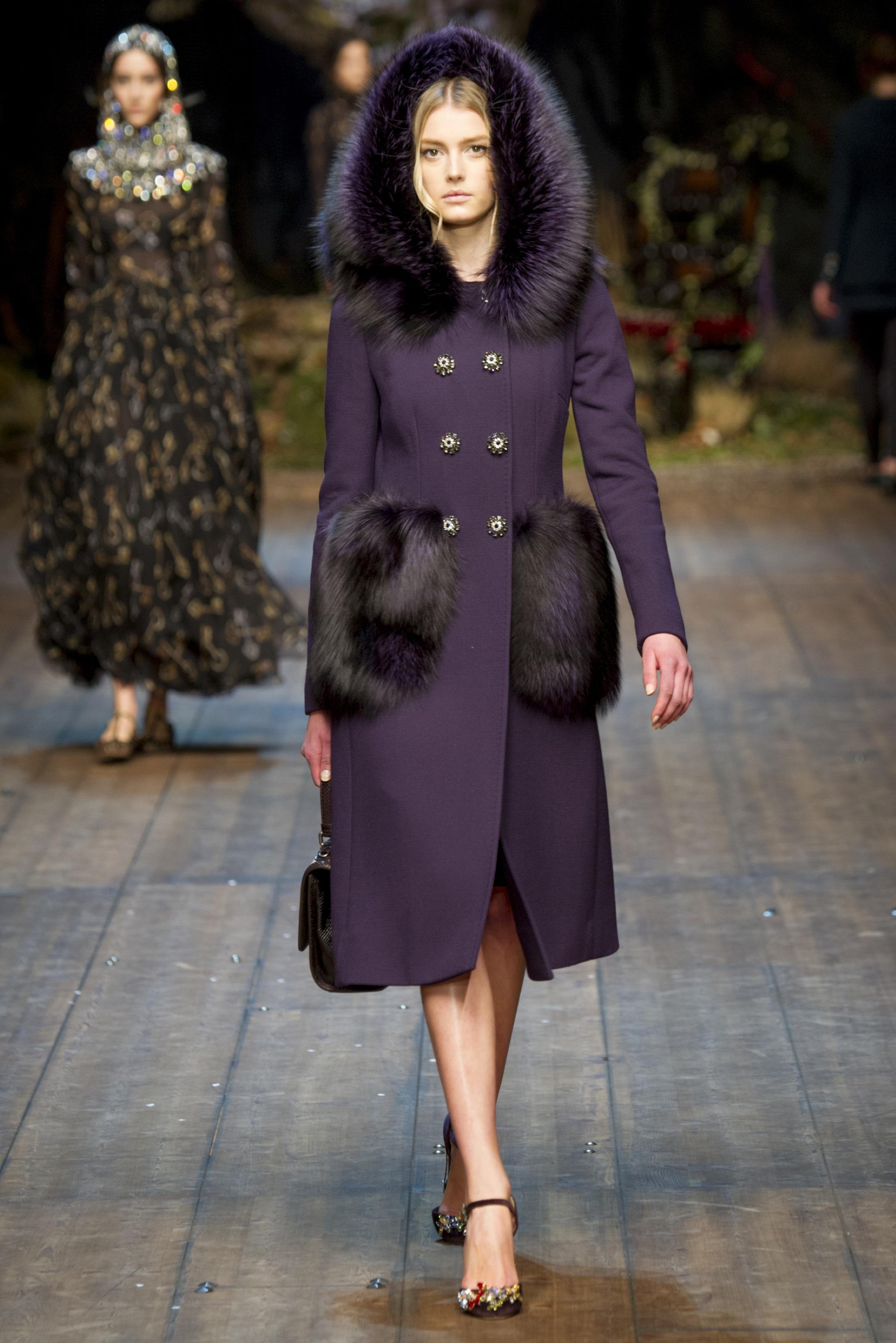 Модное фиолетовое пальто с капюшоном и меховой отделкой – фото новинки и тренды сезона