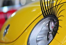 Ресницы на фары. Как женщины украшают свои машины.