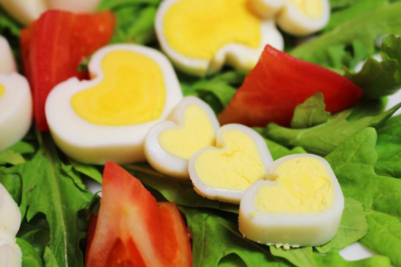 ukrashenija-bljud-15 Оформление блюд к праздничному столу в домашних условиях (38 фото): сервировка салатов и других блюд своими руками