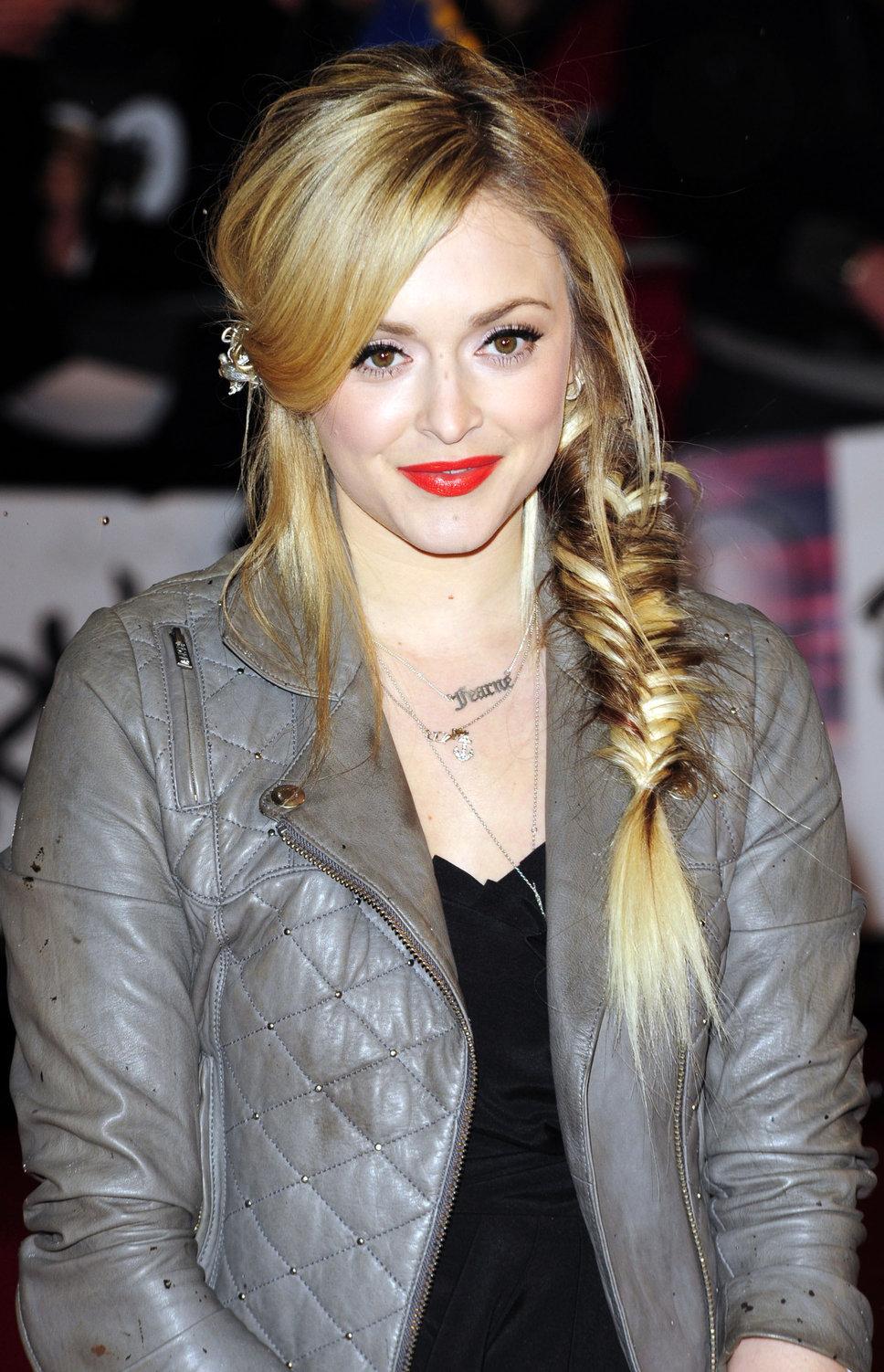 стрижки средней длины волос в кэжуал стиле с косой на бок