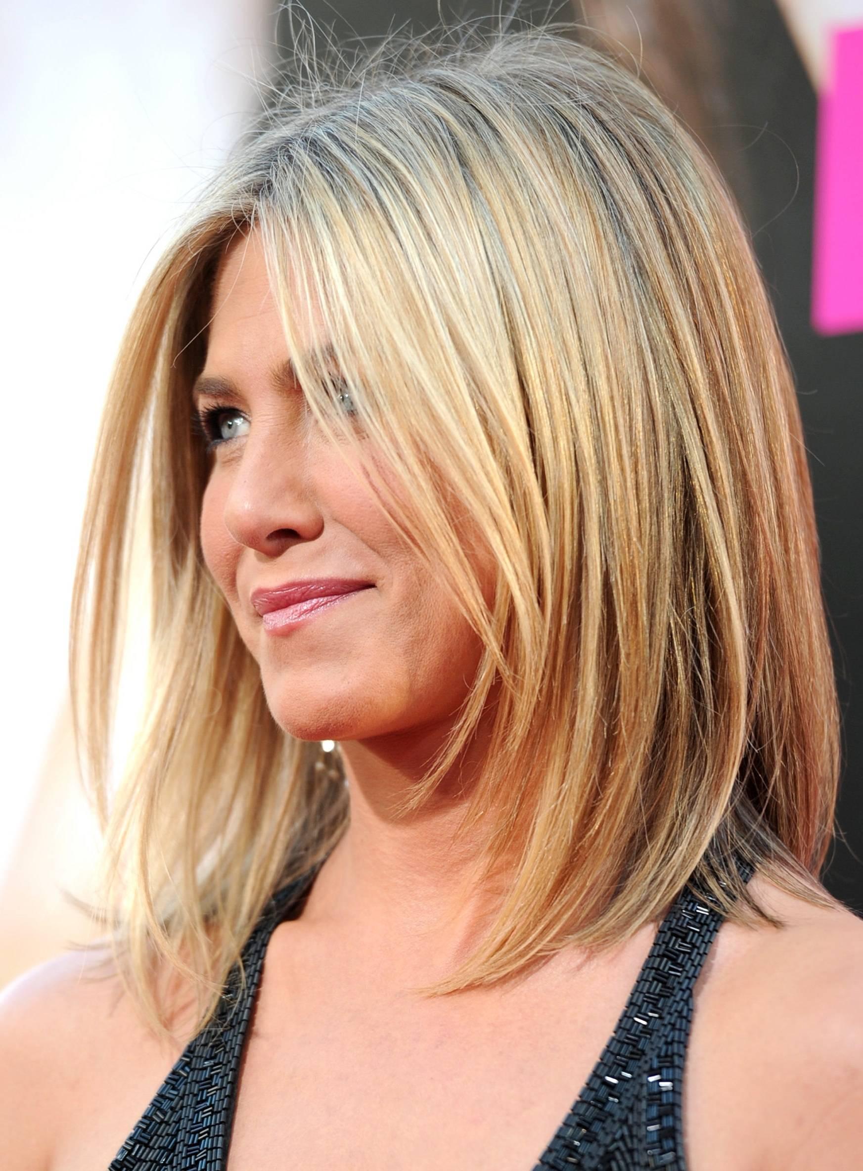 стрижки средней длины волос для женщин после 40 градуированное каре