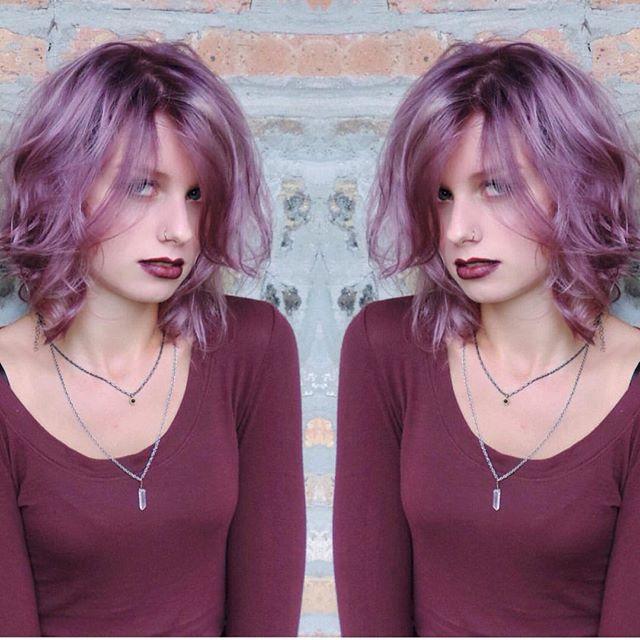 Короткая стрижка боб, выкрашенная в фиолетовый цвет с локонами на концах волос.