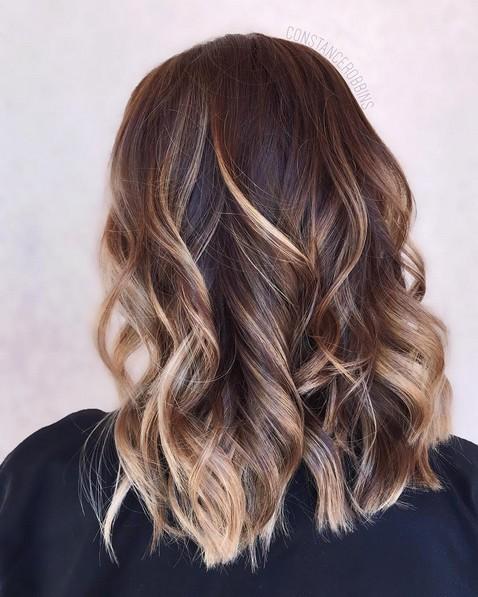 Прическа на волосы средней длины - лёгкие волны.