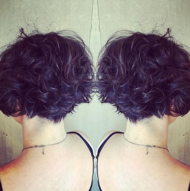 короткая градуированная стрижка боб на кудрявых волосах
