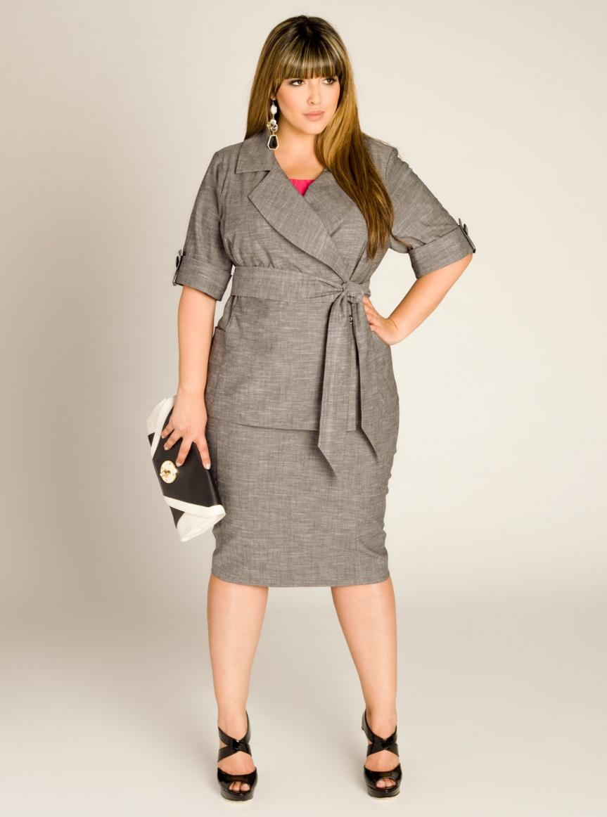 платье с поясом, модель обтягивающая бедра с длиной ниже колена, фасон платья удлиняет ноги и делает их более стройными