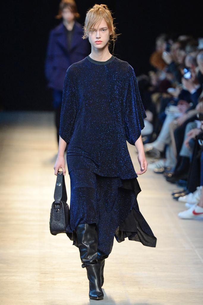 Люрекс-мода – трендовая новинка из Милана - простого крой платья из люрекса из коллекции Arthur Arbesser.