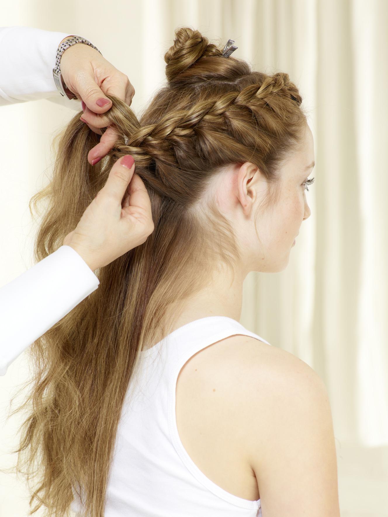 модное плетение косы со средними волосами - французская коса.
