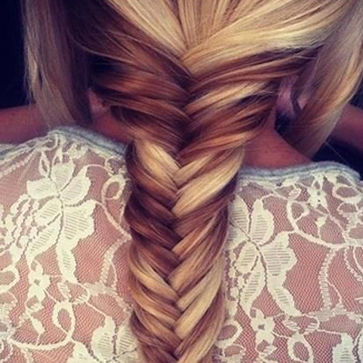 модное плетение косы со средними волосами - французская коса наоборот.