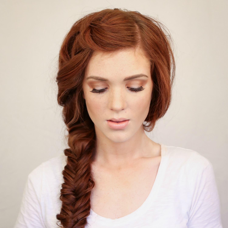 модное плетение косы со средними волосами - классический рыбий хвост.
