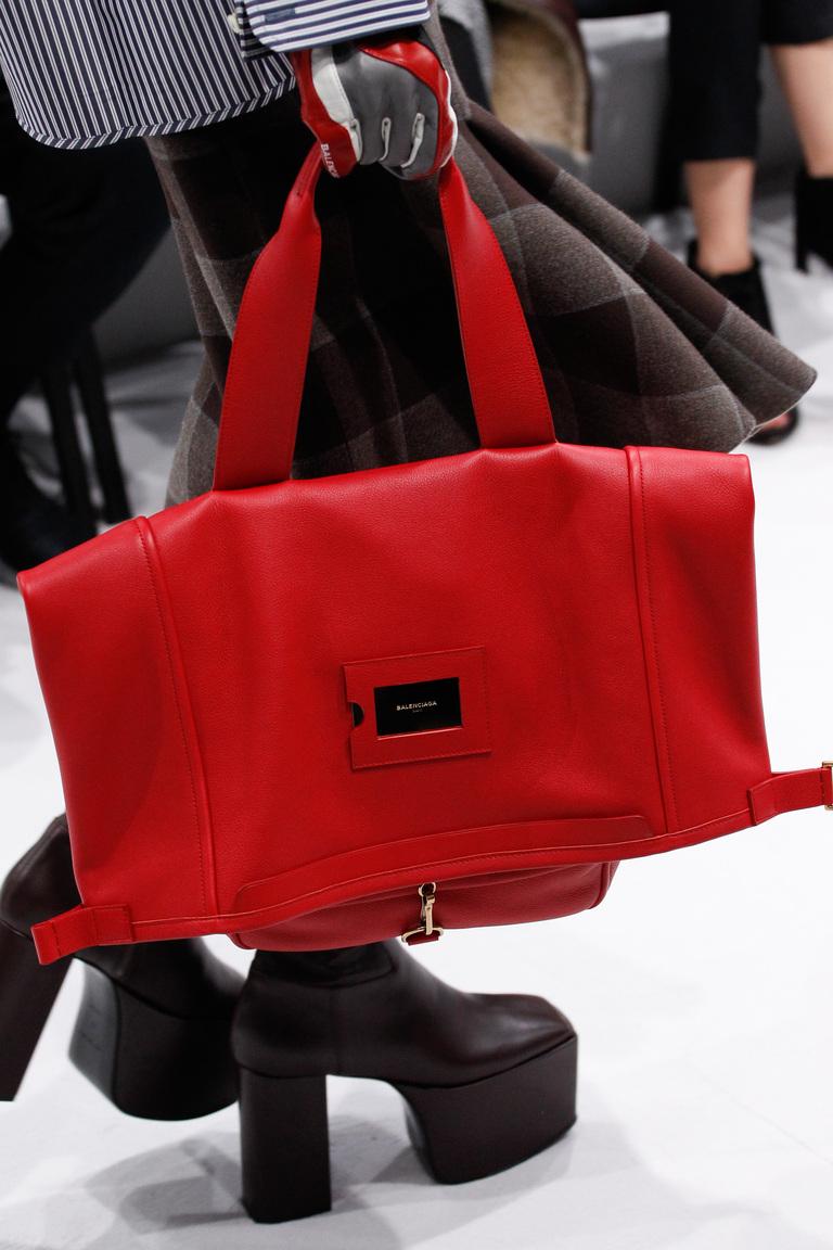 a2013fd249d6 На фото: модные модели сумок осень-зима 2016-2017 из коллекции Balenciaga.