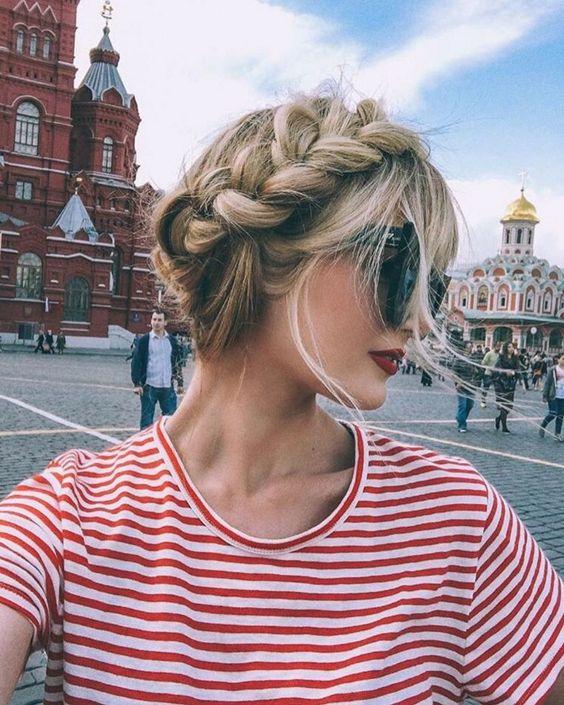прическа с косами вокруг головы.