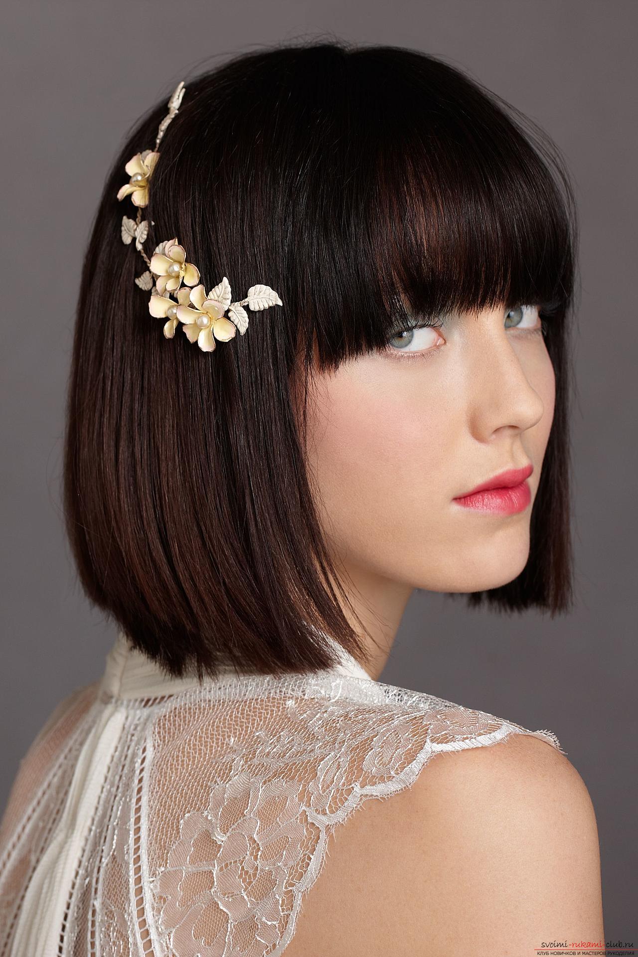 свадебная прическа с короткими волосами с цветком в волосах.