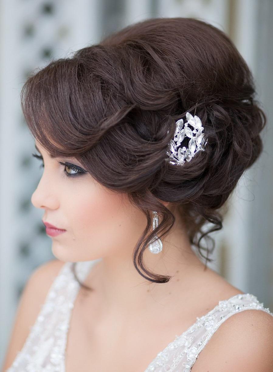 свадебная прическа с короткими волосами с брошкой в волосах.