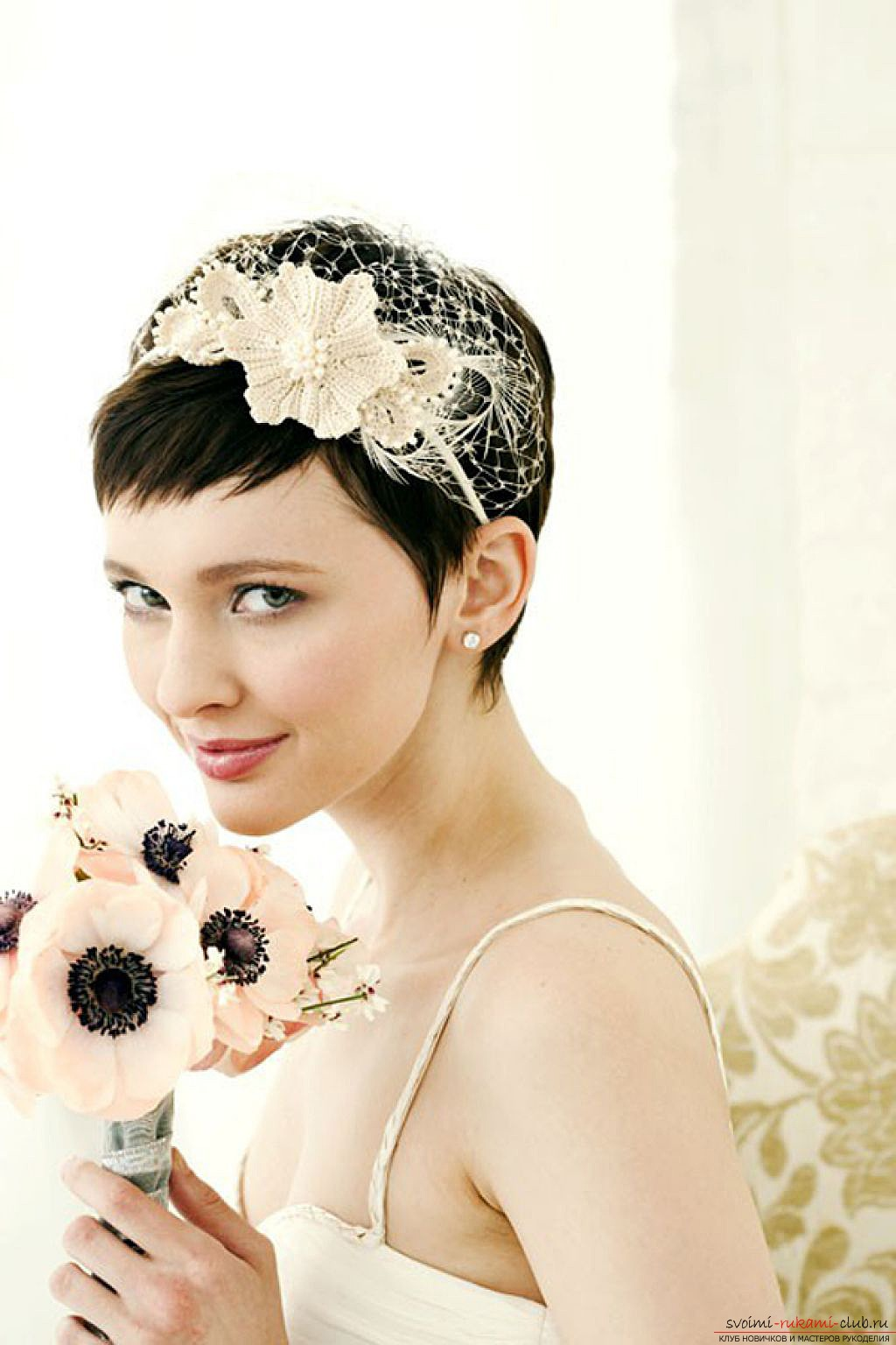 : свадебная прическа с короткими волосами с диадемой.