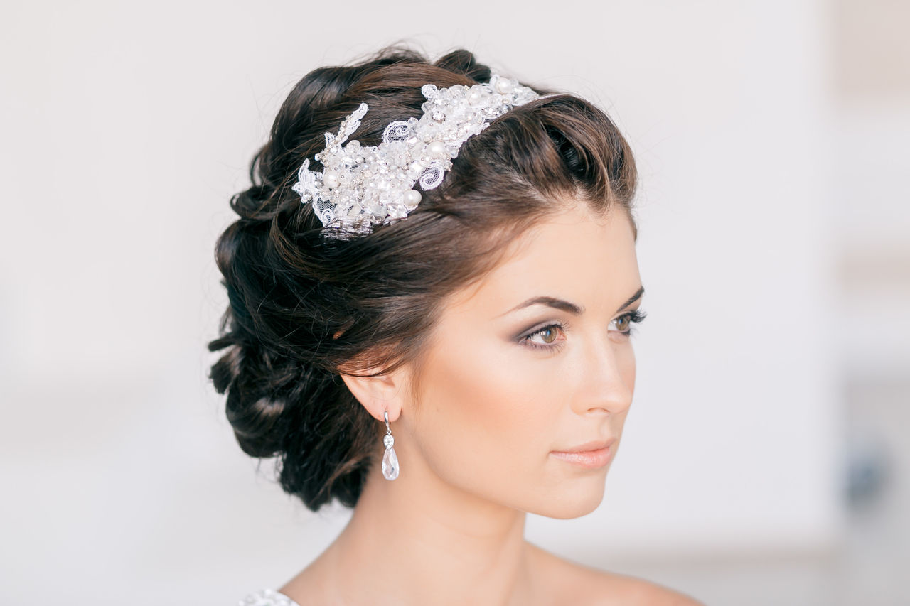 свадебная прическа с короткими волосами с диадемой.