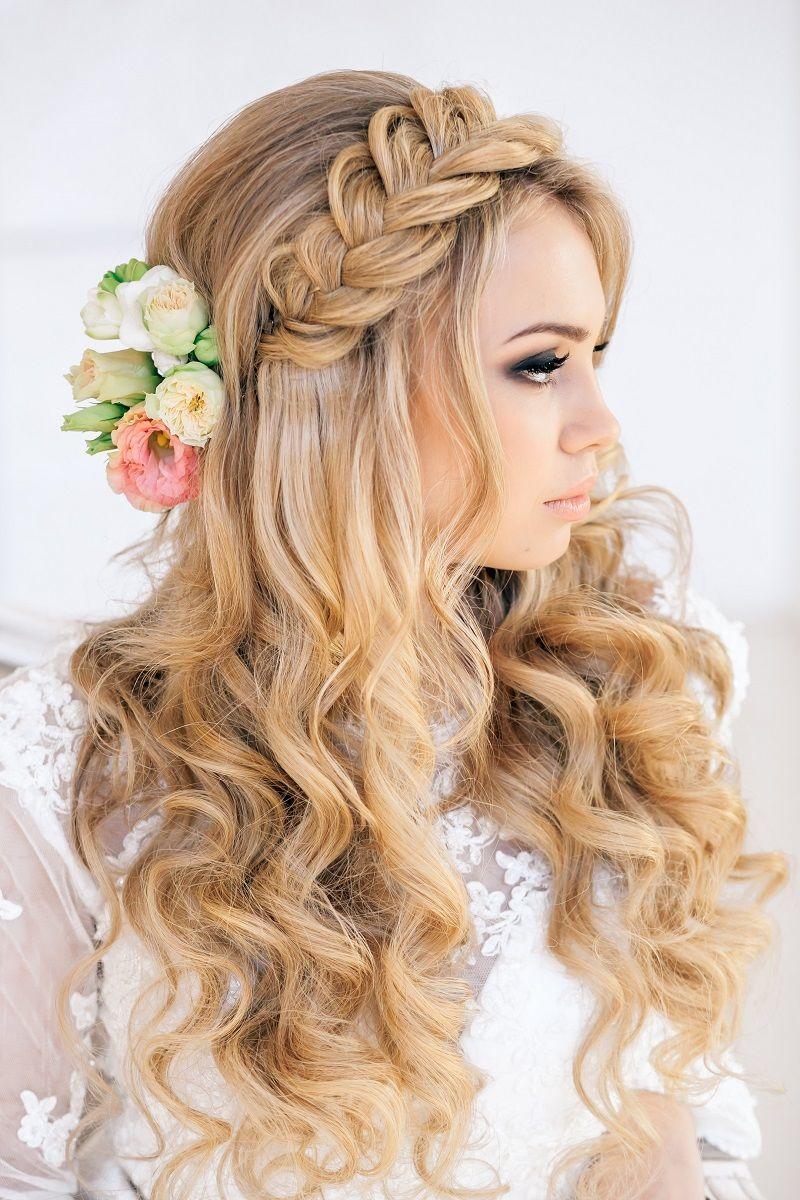 свадебные прически на длинные волосы: распущенные локоны волос.