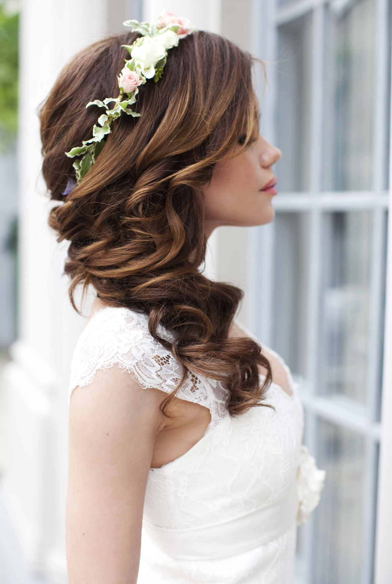 свадебная прическа с крупными локонами и украшением в виде ободка из цветов.