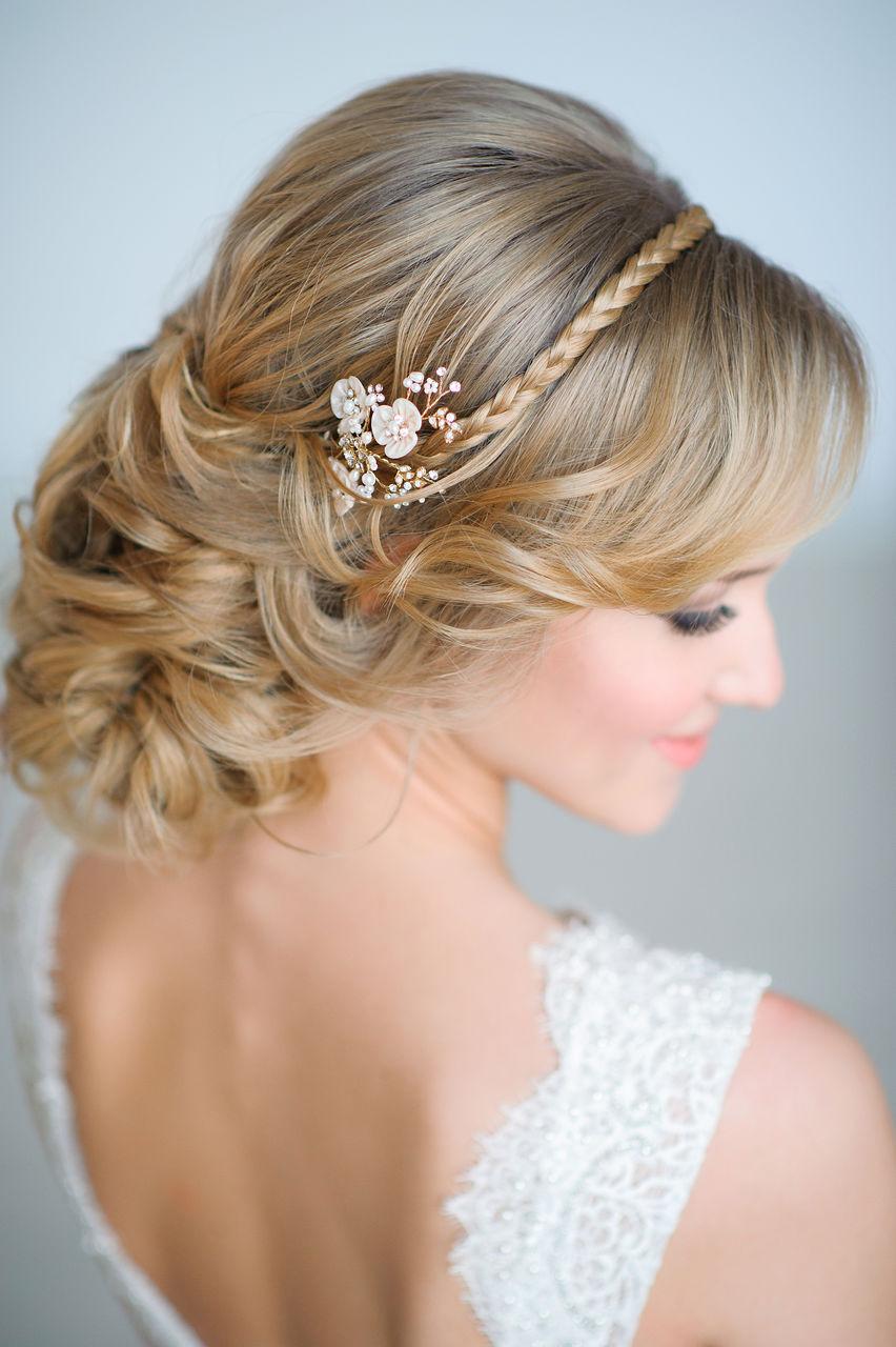 свадебная прическа с крупными локонами с заколкой и косой в виде ободка.