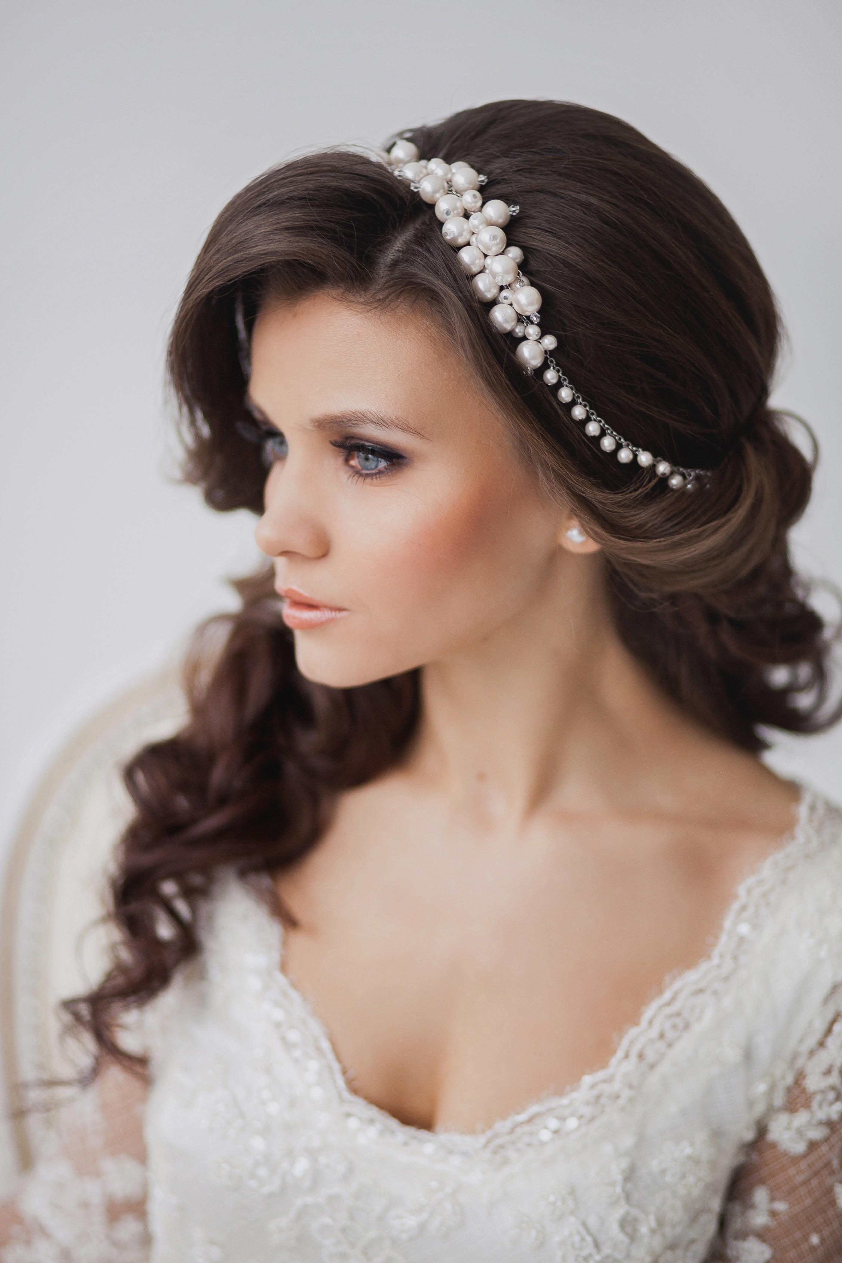 свадебная прическа с крпными локонами и украшениями в виде ободка
