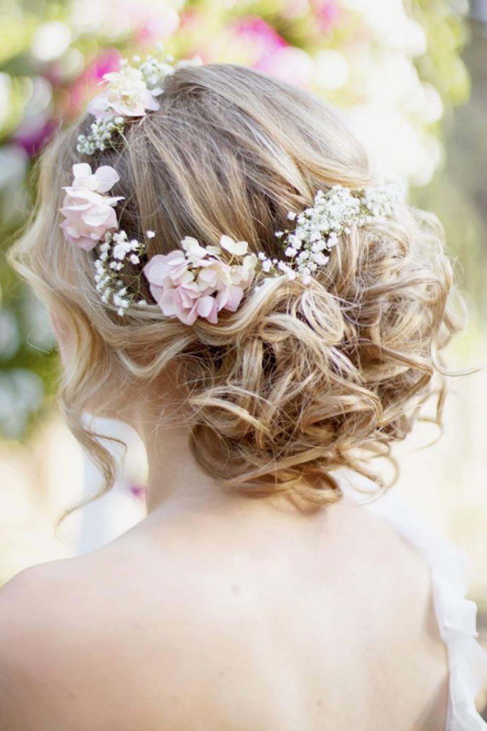свадебная прическа с локонами и украшением в виде венка из цветов.