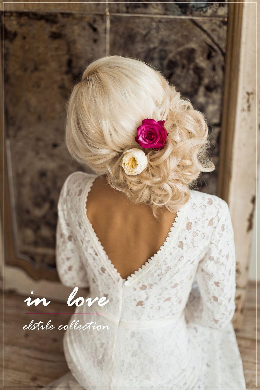 свадебные прически с локонами и украшениями в виде цветов.