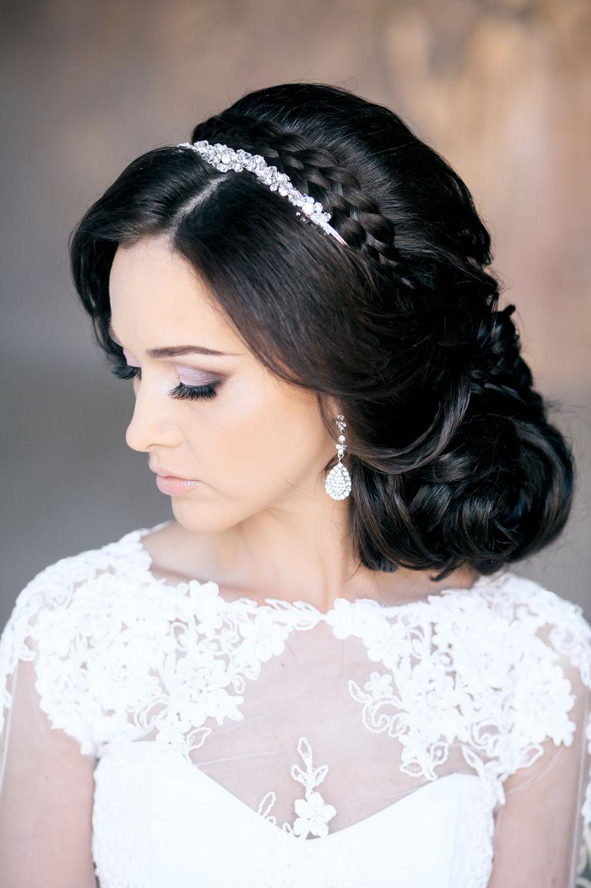 свадебная прическа с крупными локонами и диадемой в волосах.