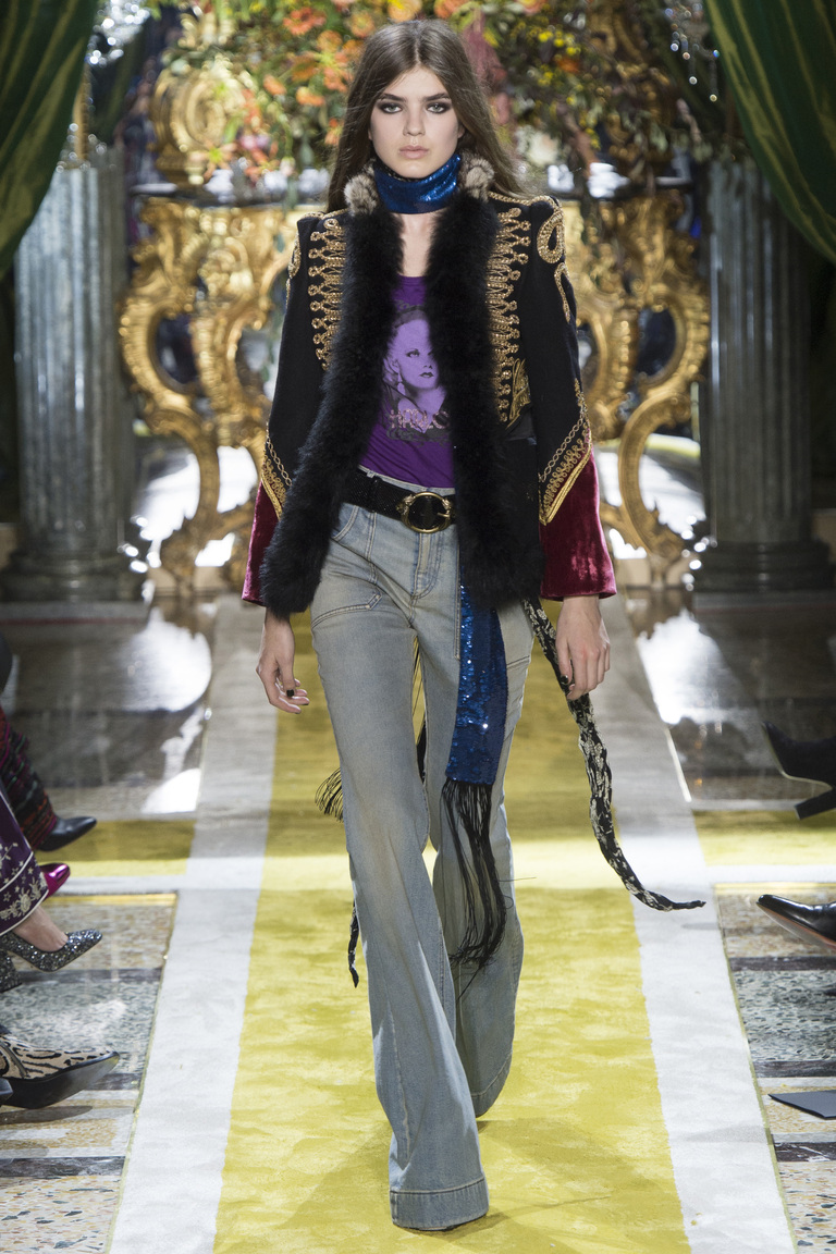Серые модные джинсы 2017 клеш с цветным пиджаком - фото новинки из коллекции Roberto Cavalli