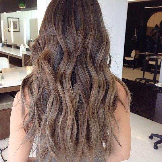 стрижка каскад на вьющихся волосах с окрасом омбре-вид сзади