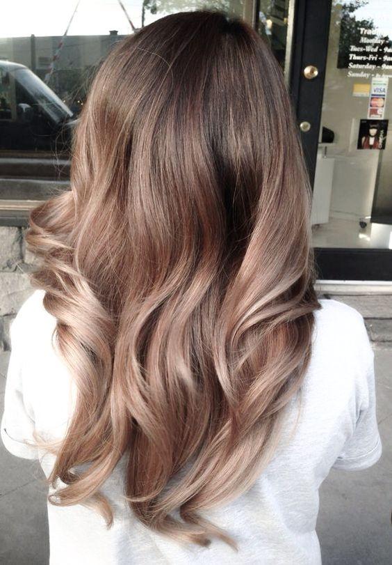 рваная форма стрижки каскад на вьющихся волосах с окрасом омбре-вид сзади
