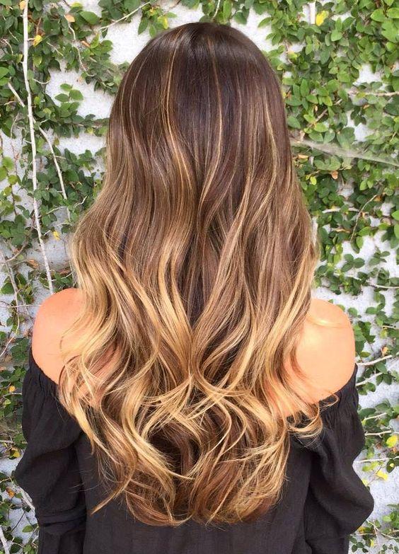 стрижки каскад на вьющихся волосах с окрасом омбре-вид сзади
